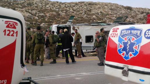 חיילת נהרגה ועשרות נפצעו בהתהפכות אוטובוס חיילים באזור כוכב השחר (וידאו)