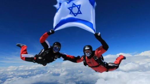 גם בצניחה בשמי צ'כיה, שני הלוחמים לא שכחו את דגל ישראל