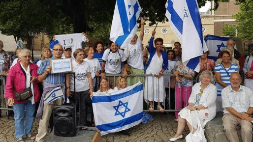 צפו: הפגנת תמיכה בישראל ובנתניהו מחוץ לארמון מלך הולנד