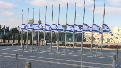צפו: דגל ישראל הורד לחצי התורן ברחבת הכנסת