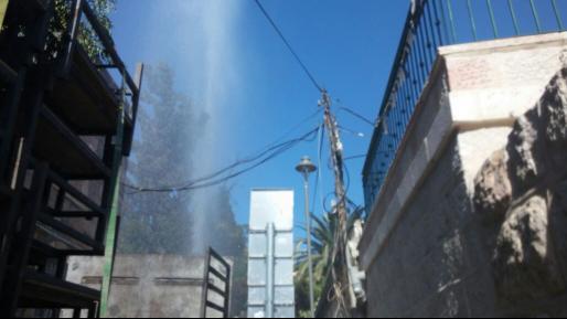 צפו: פיצוץ בצינור גרם לזרם מים לגובה כ-15 מטר