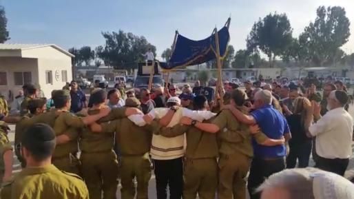 צפו: הכנסת ספר תורה מרגשת במחנה עופר