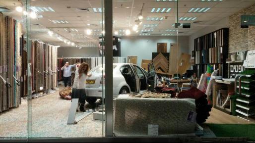 הסתיים בנס: נהגת נכנסה עם רכבה לתוך חנות ונפצעה קל