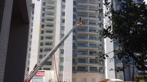 שריפה פרצה במרפסת דירה בקומה 11 בגבעתיים