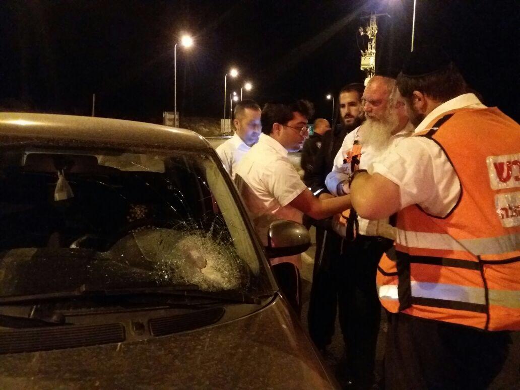 פיגוע אבנים: נפגעים קל וארבעה כלי רכב ניזוקו בעוקף חוסאן (וידאו)