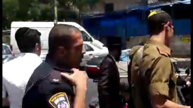 מרתיח! צפו: חייל נזקק לליווי משטרה, מד
