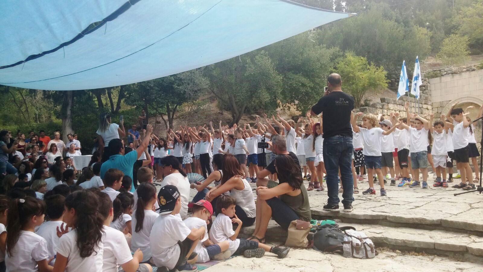 קריית טבעון: תלמידי כיתה ב' בבתי הספר קיבלו את ספר התורה בטקס חגיגי בגן הלאומי בית שערים