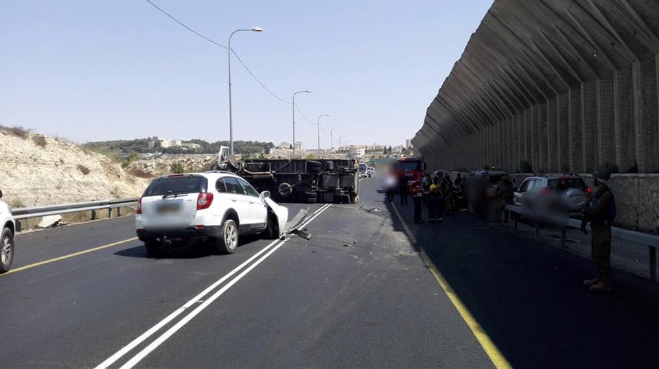 משאית התהפכה – כביש המנהרות נחסם זמנית לתנועה