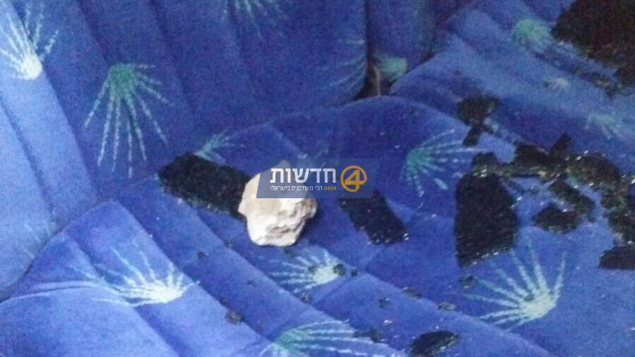 הטרור בישראל: נזק לאוטובוס בפיגוע אבנים בבקעת הירדן