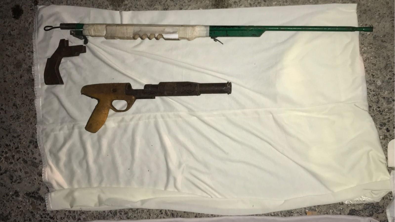 """אקדח וכלי נשק מאולתרים נתפסו ע""""י כוחותינו בהר חברון"""