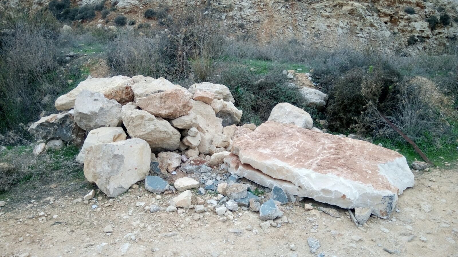 פשע שנאה: ערבים הרסו את האנדרטה לזכר דני גונן ז״ל