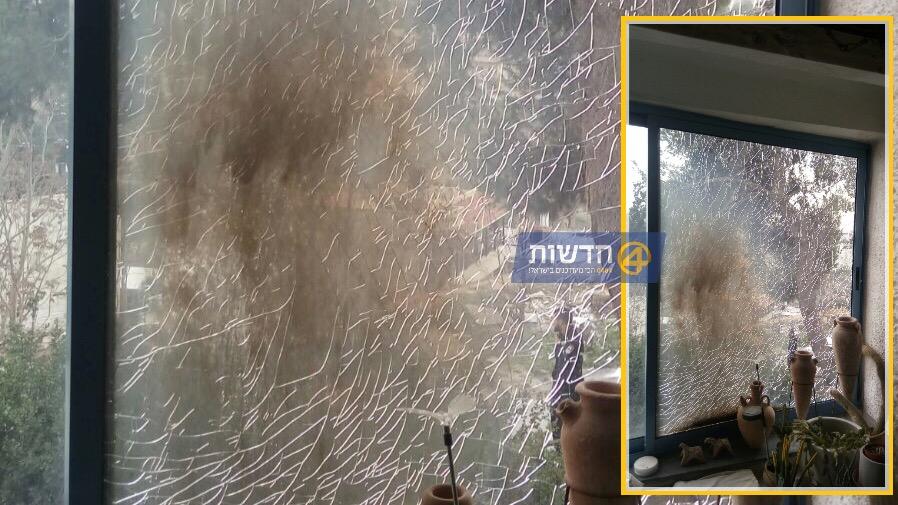 הטרור בישראל: נזק לדירה בירושלים מפגיעת בקבוק תבערה שהשליך מחבל