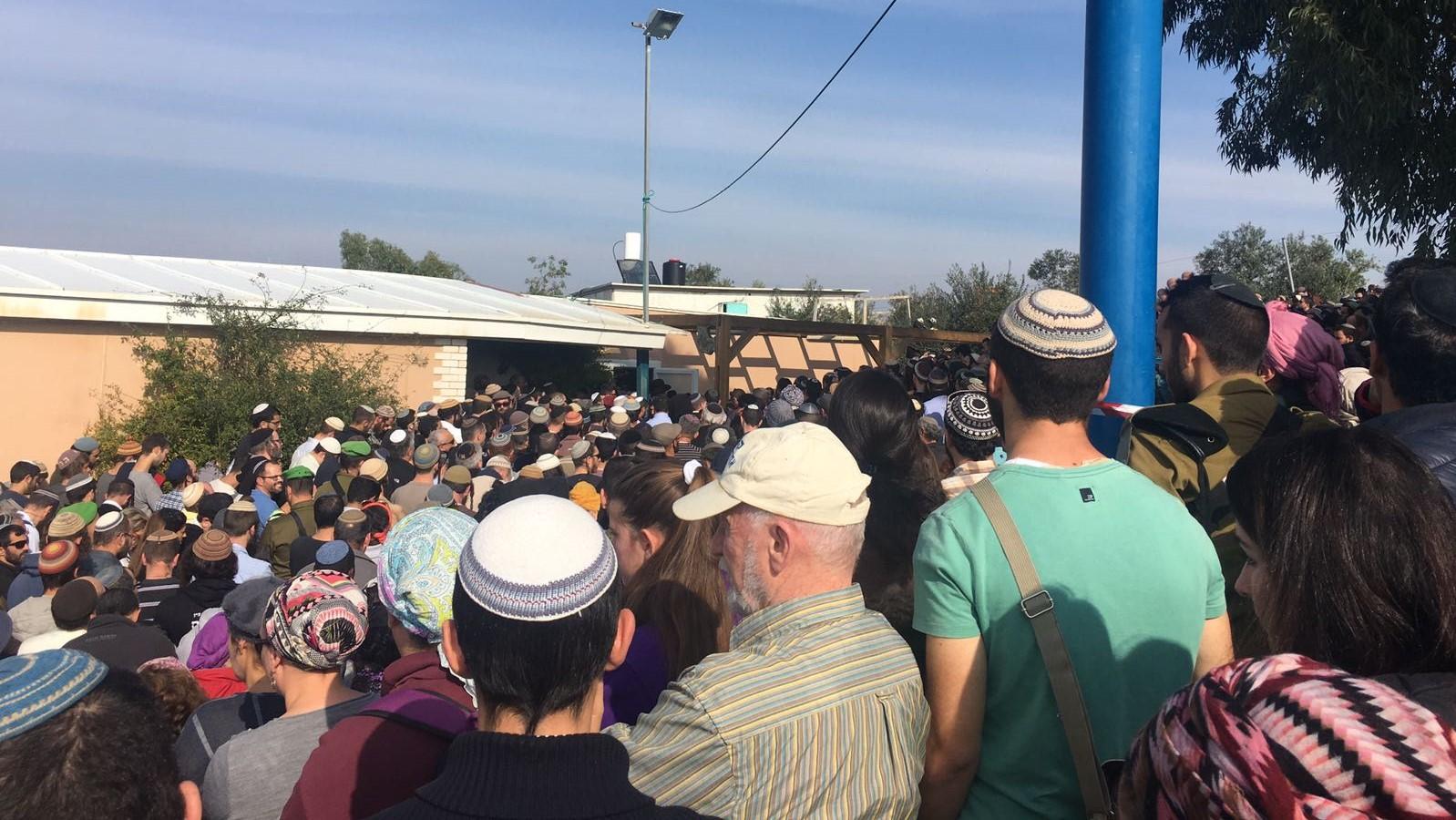 רבים בהלוויית הרב רזיאל שבח שנרצח ע״י מחבלים ליד חוות גלעד