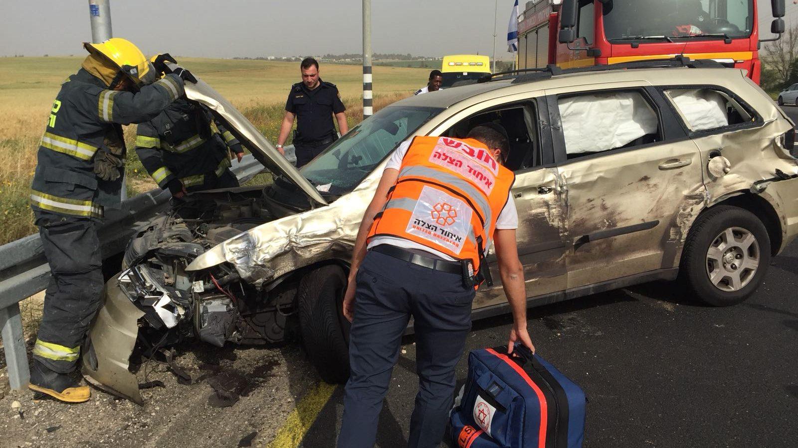 פצועה בינוני בתאונה בין רכב לאוטובוס סמוך למפלסים