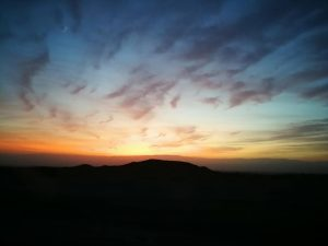 בוקר יום שישי עם זריחה בכביש הערבה