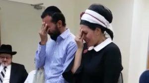 הצטרפו לעם היהודי ופרצו בבכי של התרגשות: צפו בזוג שעבר הליך גיור כהלכה והתרגש עד דמעות