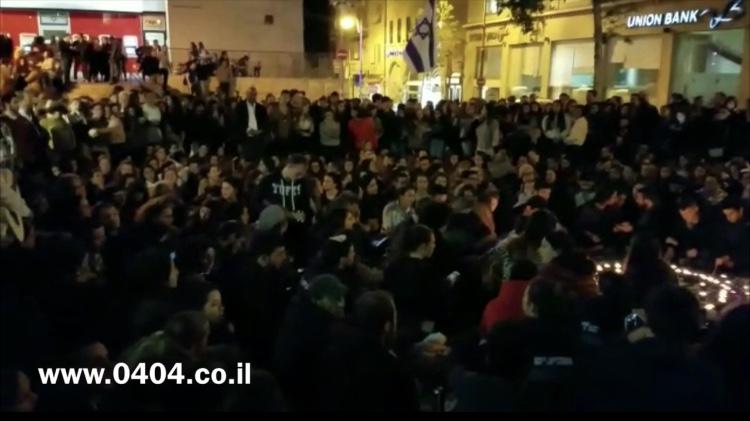 מרגש: צפו ברבים שרים בכיכר ציון לזכר קורבנות האסון בערבה