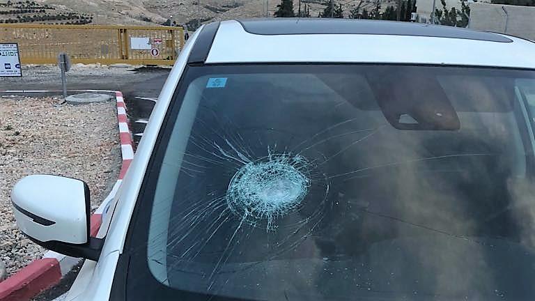 טרור האבנים: נזק לרכב בפיגוע אבנים סמוך לצומת רחלים