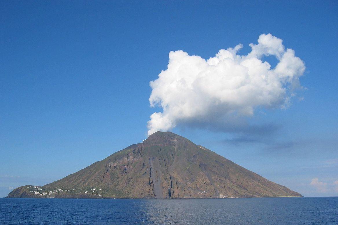 אחרי רעידת האדמה, הצונאמי וההרוגים: הר געש התפרץ באינדונזיה