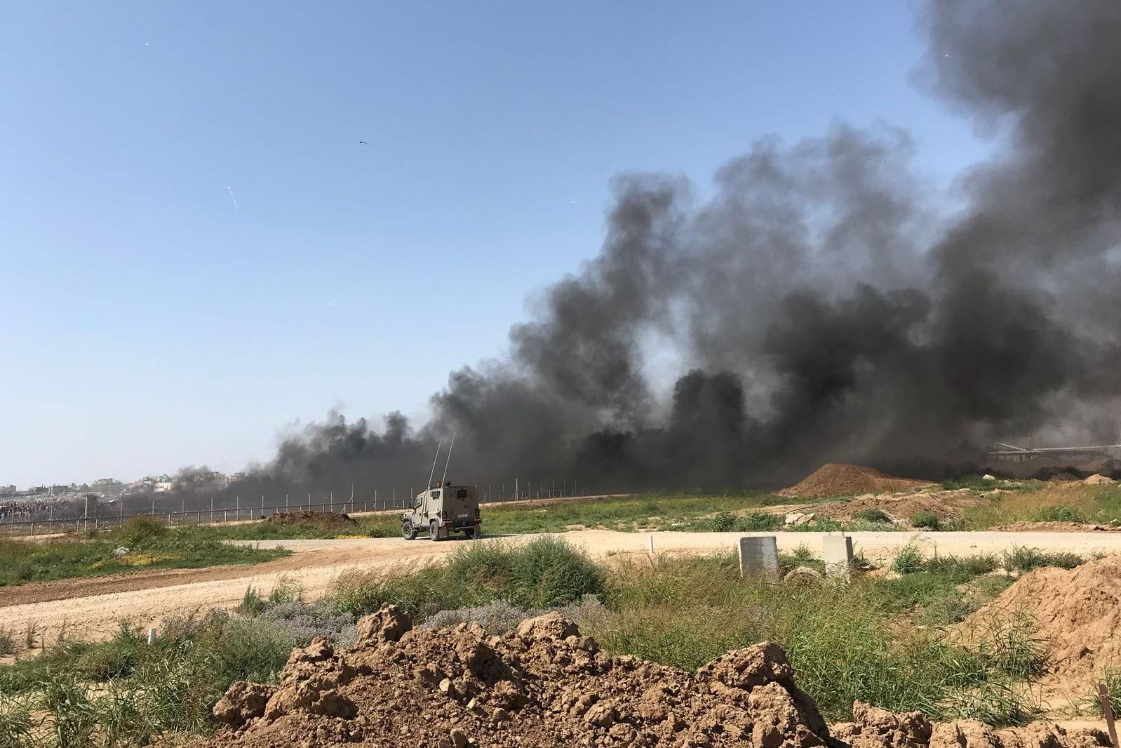 בחסות ההתפרעויות בגבול עזה: מחבלים השליכו רימון ומטען צינור לעבר כוחותינו ושיגרו עפיפון נפץ