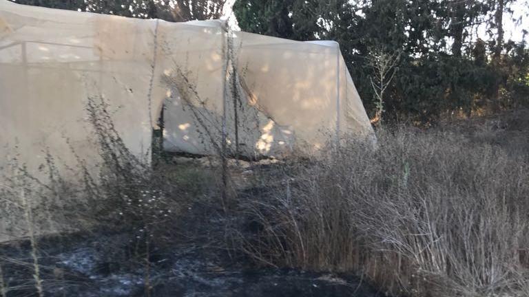 פתיל ושרידי בלון תבערה אותרו בשריפה שפרצה סמוך לחממות באשכול