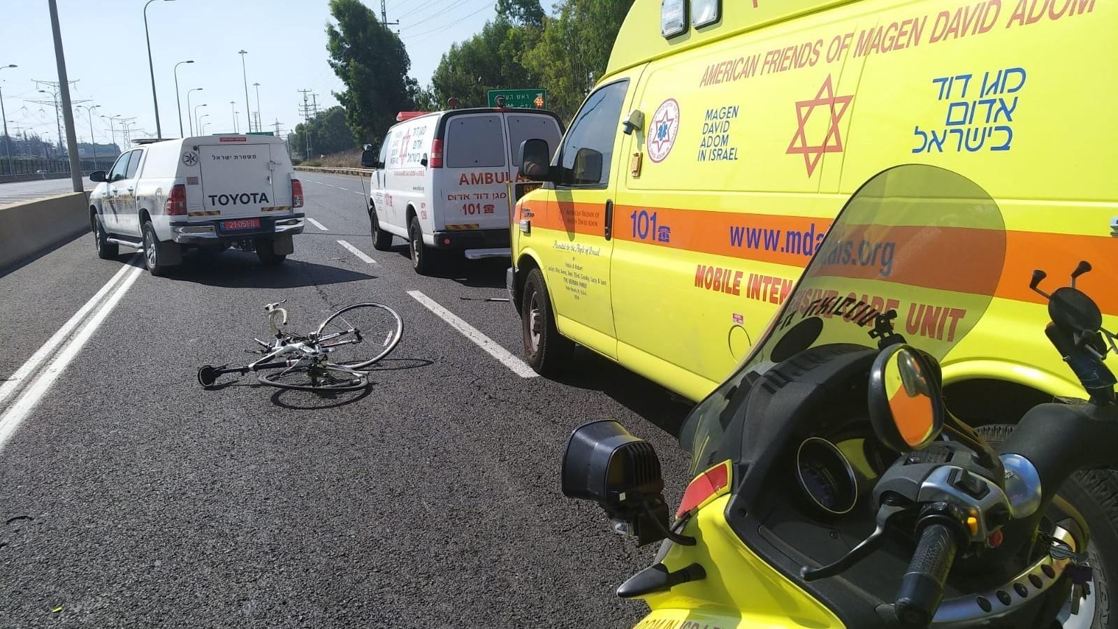 רוכב אופניים נפצע קשה מפגיעת רכב בכביש 5