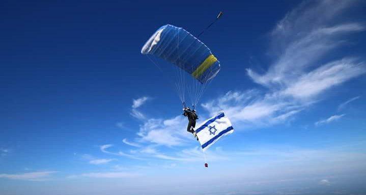 דגל ישראל מונף בגאווה גדולה בזמן צניחה ברוסיה