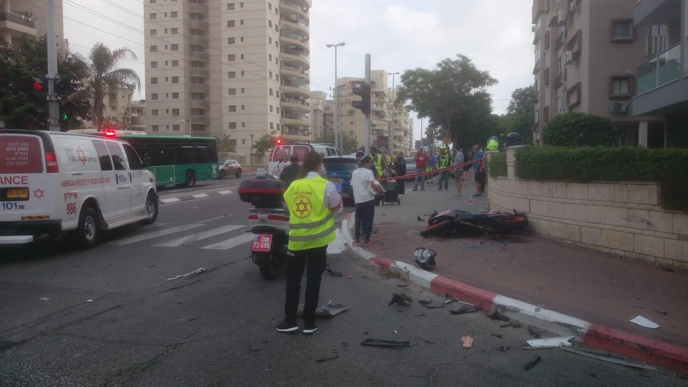 אופנוע נפגע מרכב בחולון והתרסק על הכביש – רוכבת נפצעה קשה, רוכב נוסף נפצע בינוני