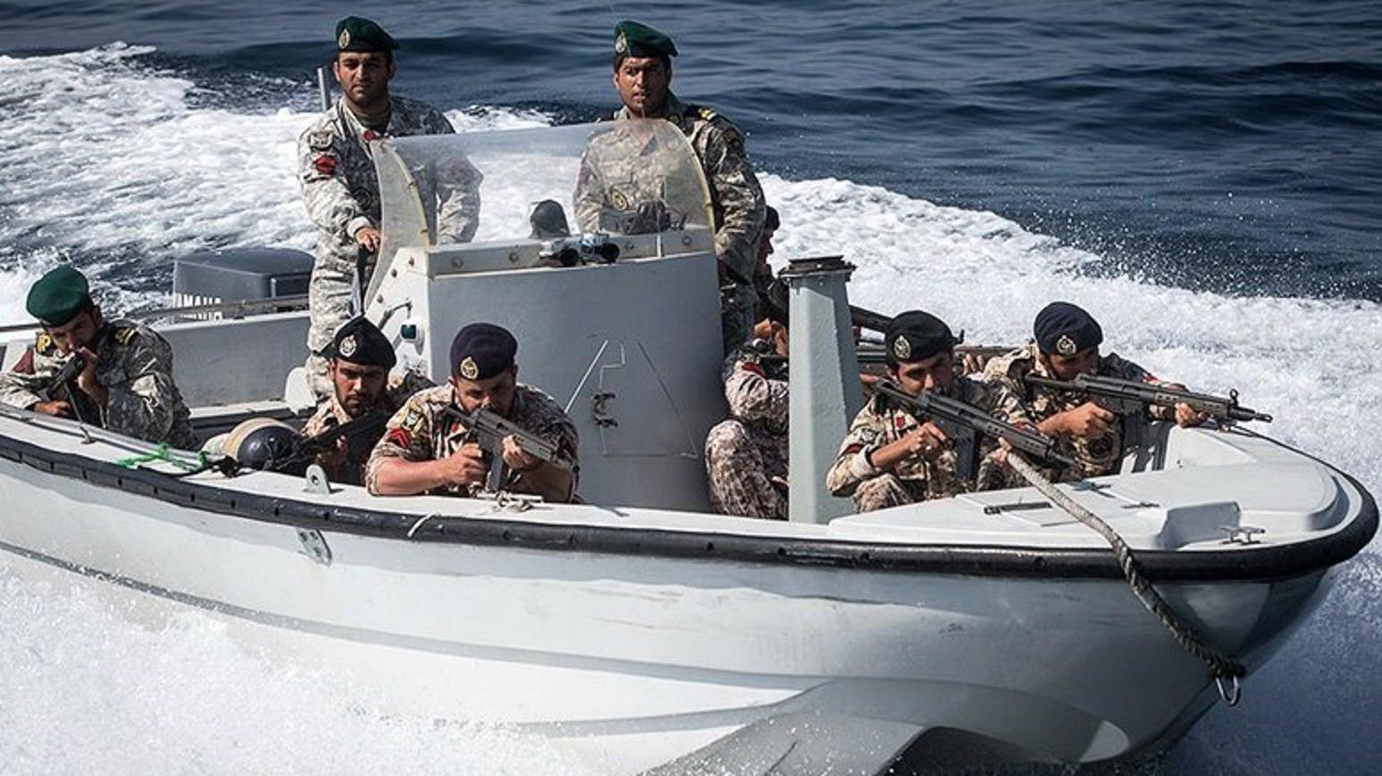 דיווח: החל התרגיל הצבאי של איראן במיצרי הורמוז – עשרות כלי שייט נפרסו באזור