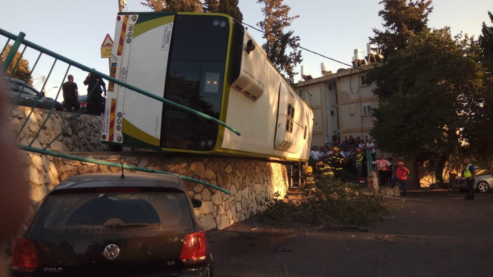 אוטובוס התהפך על צידו בנצרת עילית – צפו בתמונות