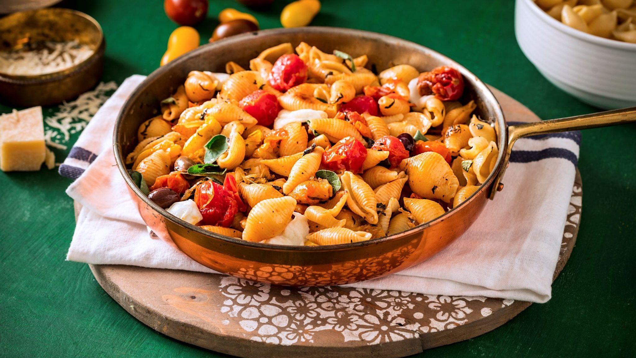 חגיגת קונצילה ריגטה עם עגבניות שרי צלויות, קלמטה ומוצרלה