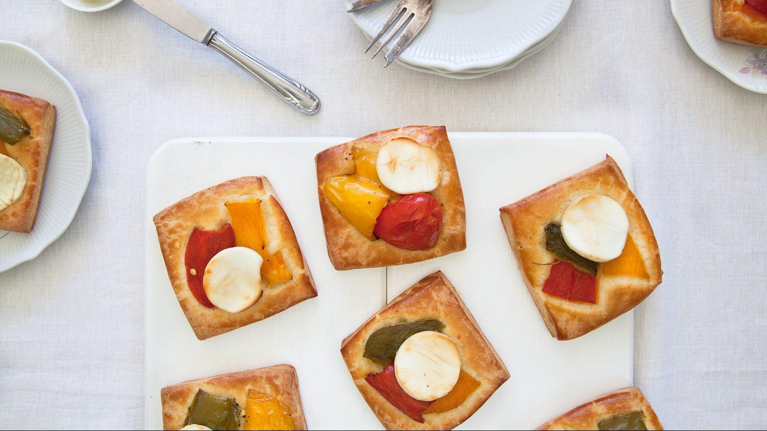 מאפה בוקר צרפתי במתיקות מעודנת – מיני בריוש עם פלפלים קלויים