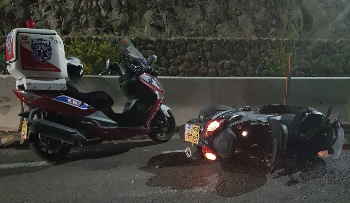 רוכב אופנוע פגע ברכב חונה בחיפה ונפצע – מצבו קשה