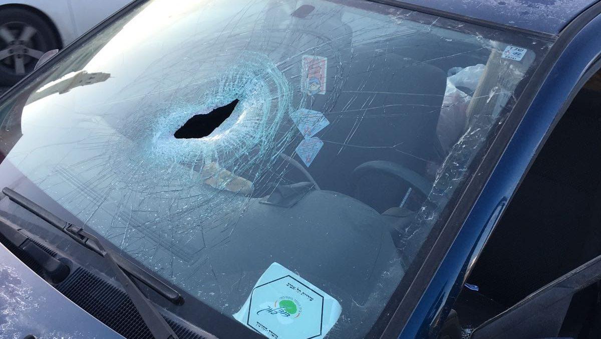 הטרור בארצנו: נזק לרכב בפיגוע אבנים בכביש תקוע הר חומה