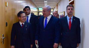 """נתניהו נפגש עם שר הכלכלה של יפן: """"גידול אדיר בהיקף ההשקעות של יפן בישראל – רוצים לראות יותר"""""""