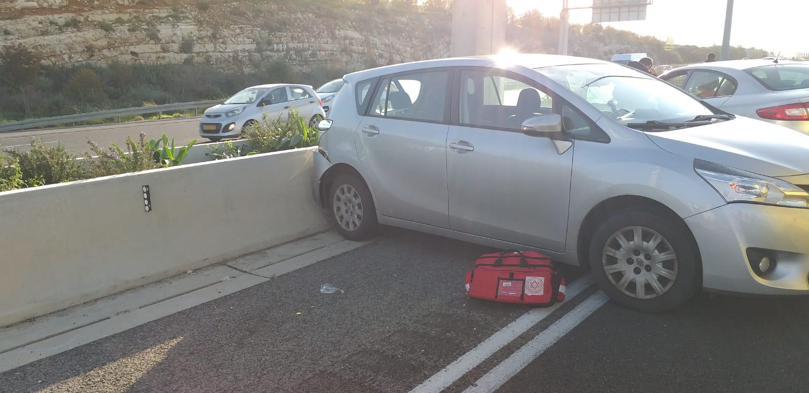 רכב התנגש במעקה בטיחות סמוך למחלף נחשונים – הנהג נפצע באורח בינוני
