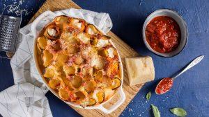 מאפה קנלוני עומד במילוי גבינות ורוטב עגבניות