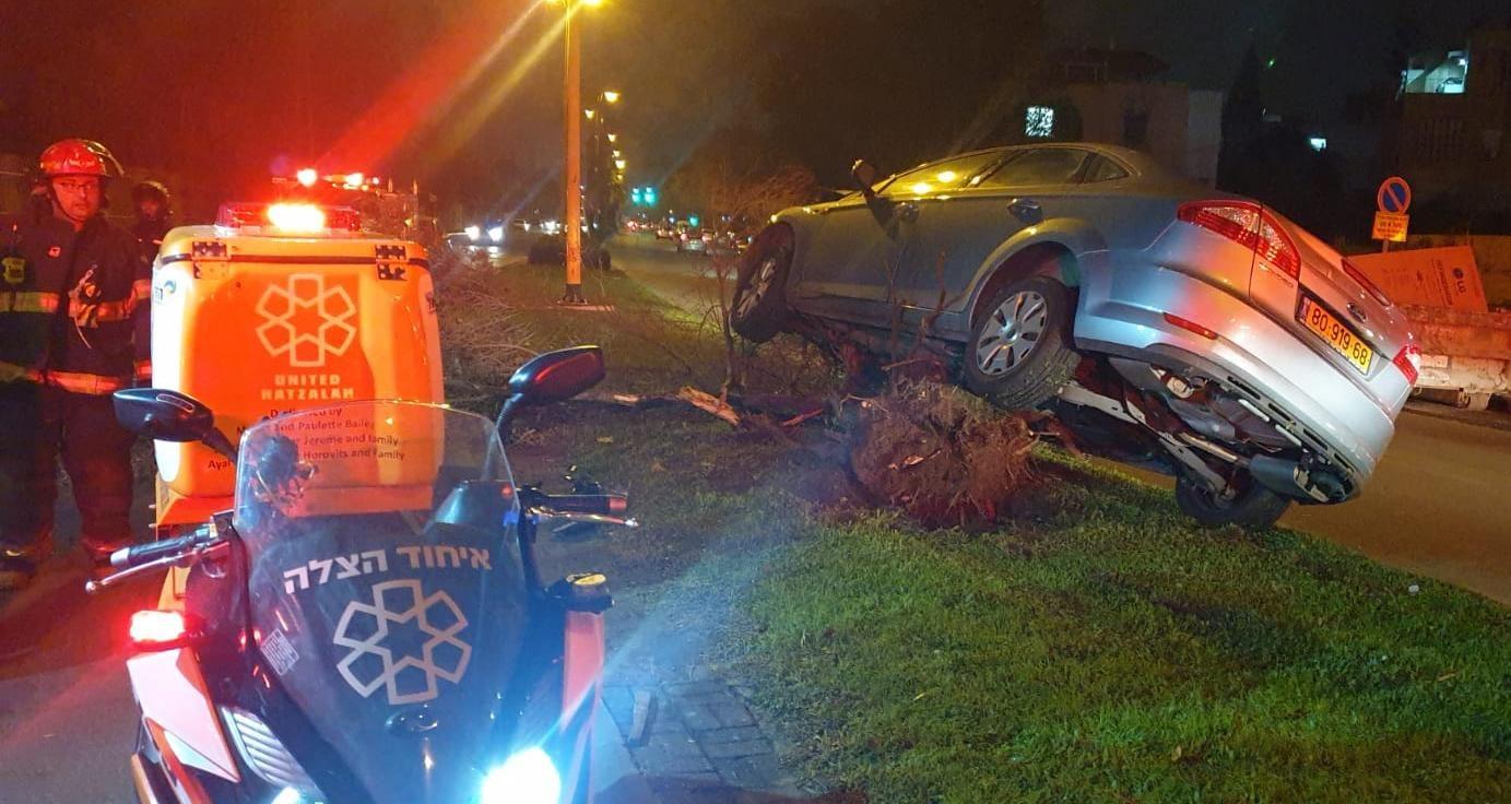 בן 25 התנגש עם רכבו בעץ בבאר שבע ונפצע באורח בינוני