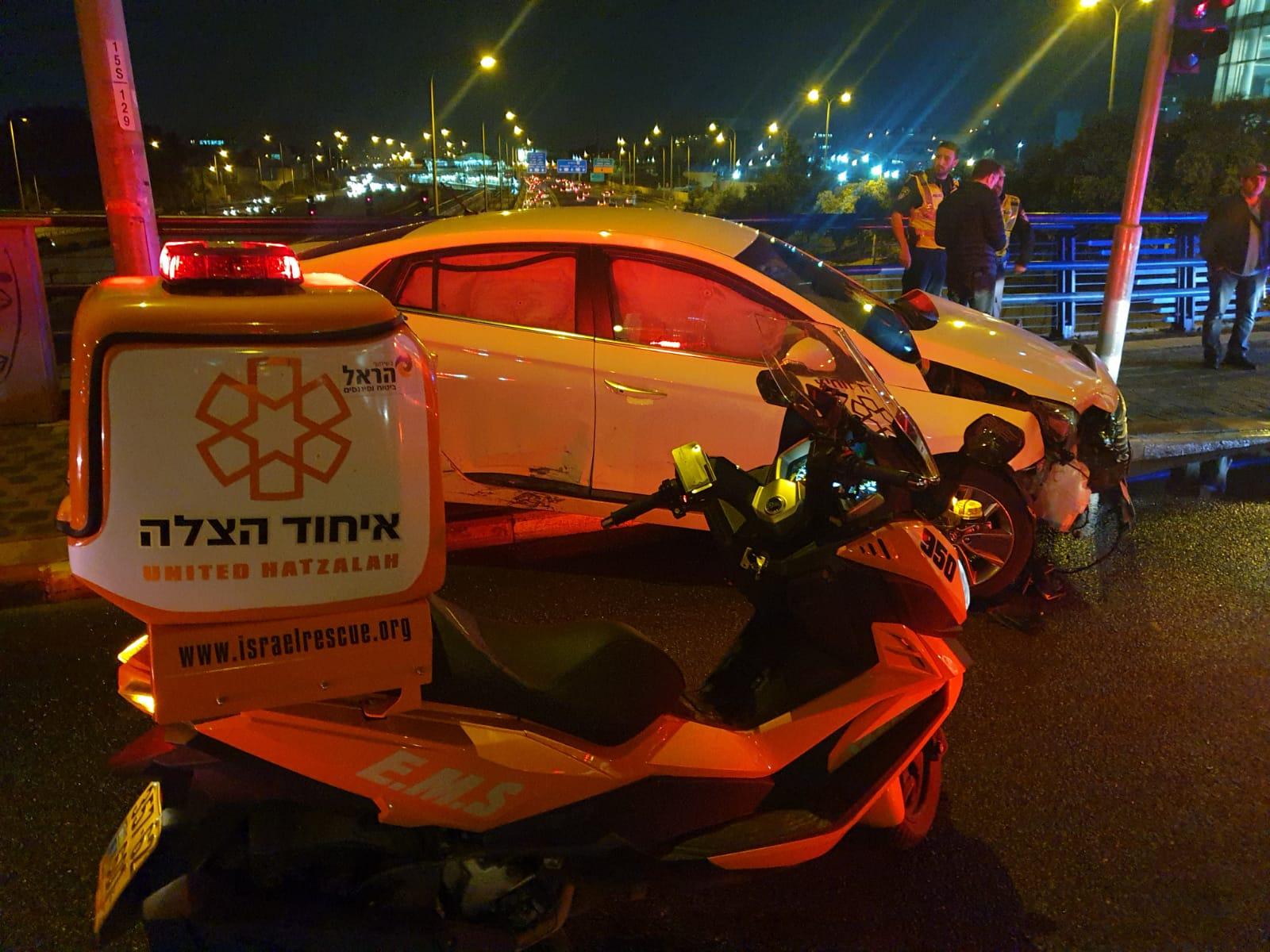 רוכבת אופנוע נפגעה מרכב בחולון – נפצעה בינוני