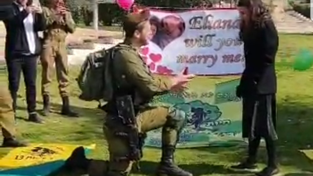 היא אמרה לו כן! הצעת הנישואין המרגשת של לוחם גדוד 13 (צפו)