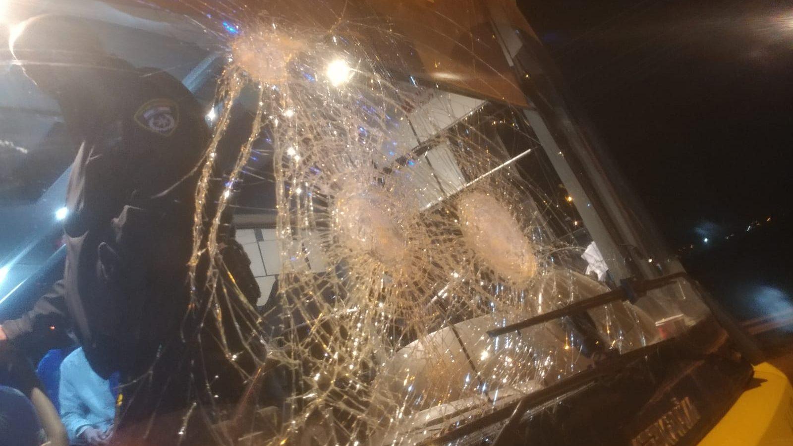 הטרור חוגג: נהג אוטובוס נפגע בראשו לאחר שהותקף באבנים ובלם בפתאומיות