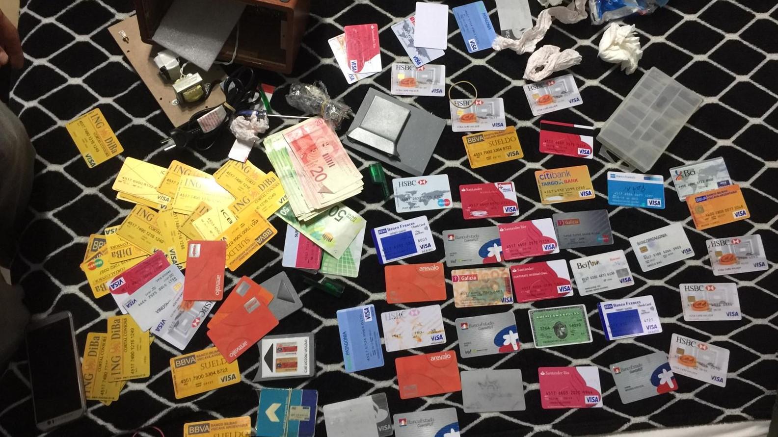 הגיע כדי לגנוב: 90 כרטיסי חיוב מזויפים ומכשיר זיוף אותרו בחדרו של תייר בולגרי, במלון בתל אביב