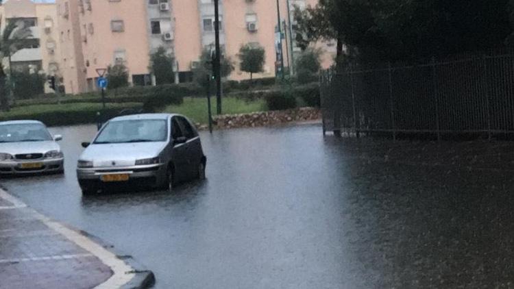 בשל הגשמים העזים – רחוב שד׳ ירושלים בקרית ים נחסם לתנועה