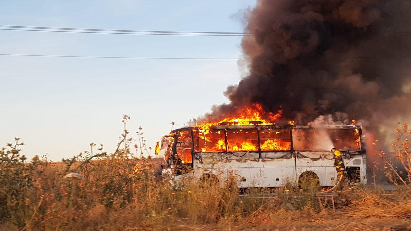 אוטובוס עלה באש בכביש המוביל לביה