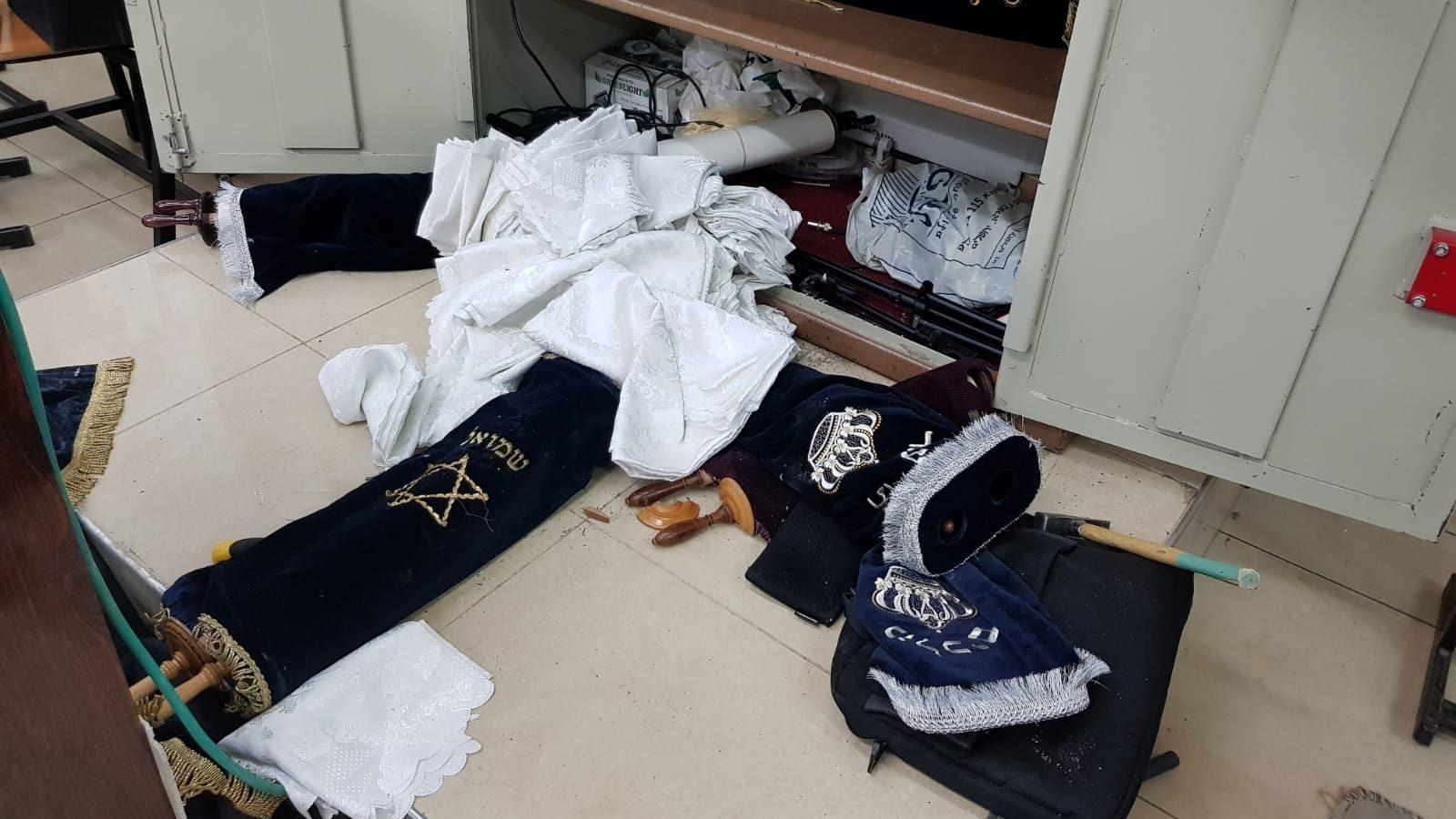 זעזוע בבית כנסת בבני ברק: אלמונים פרצו למקום, גנבו ספרי תורה וגרמו נזק להיכל (צפו)