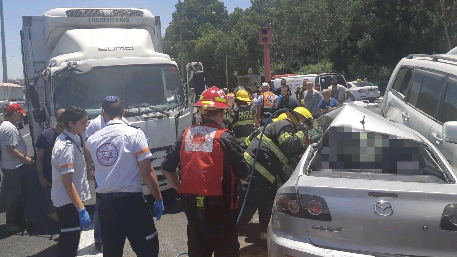 בן 50 נהרג בתאונת דרכים בין משאית לרכב בצומת סביון