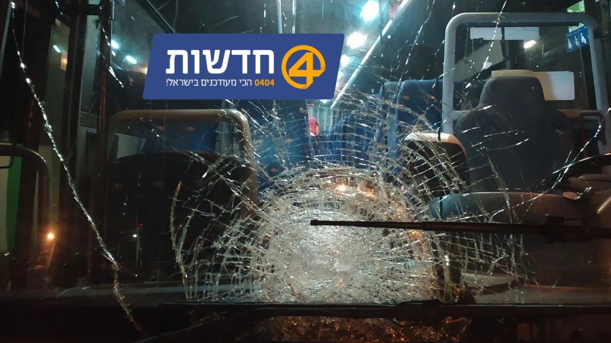 הטרור בארצנו: שמשת אוטובוס של המועצה האיזורית בקעת הירדן נופצה בפיגוע אבנים