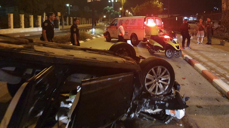 רכב התנגש בעץ סמוך לתחנת הרכבת בעכו – 3 צעירים נפצעו באורח בינוני