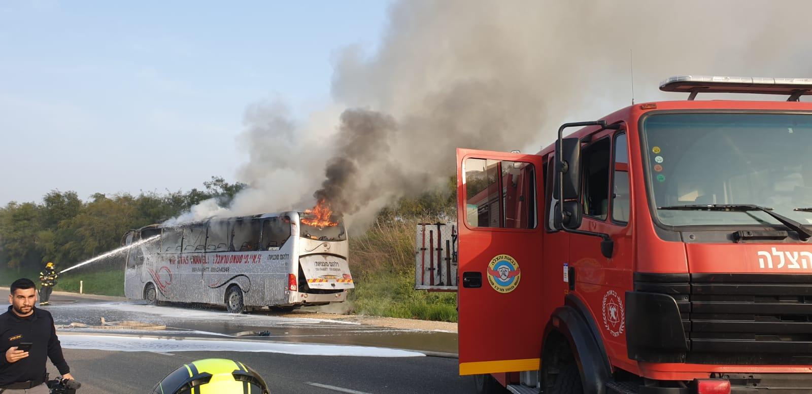 אוטובוס עלה באש סמוך למושב ברקת, הנהג נפצע באורח קל