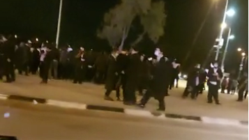 מאות חסידי ברסלב חסמו את צומת גוש עציון במחאה על מניעת עצרת תפילה במערת המכפלה
